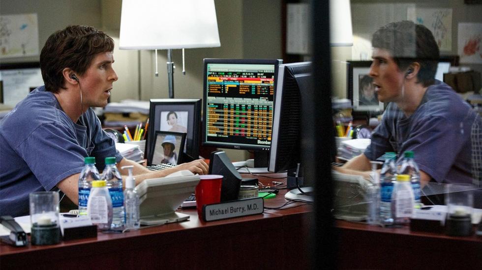 THE BIG SHORT. Esta película relata historias de inversionistas y especuladores relacionados con la crisis financiera mundial, luego de la explosión de la burbuja inmobiliaria en 2007. Es protagonizado por Michael Burry (Christian Bale).