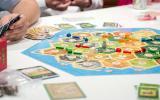 Catán. Creado por el alemán Klaus Teuber, este juego de mesa multijugador consiste en construir pueblos, ciudades y caminos sobre un tablero.